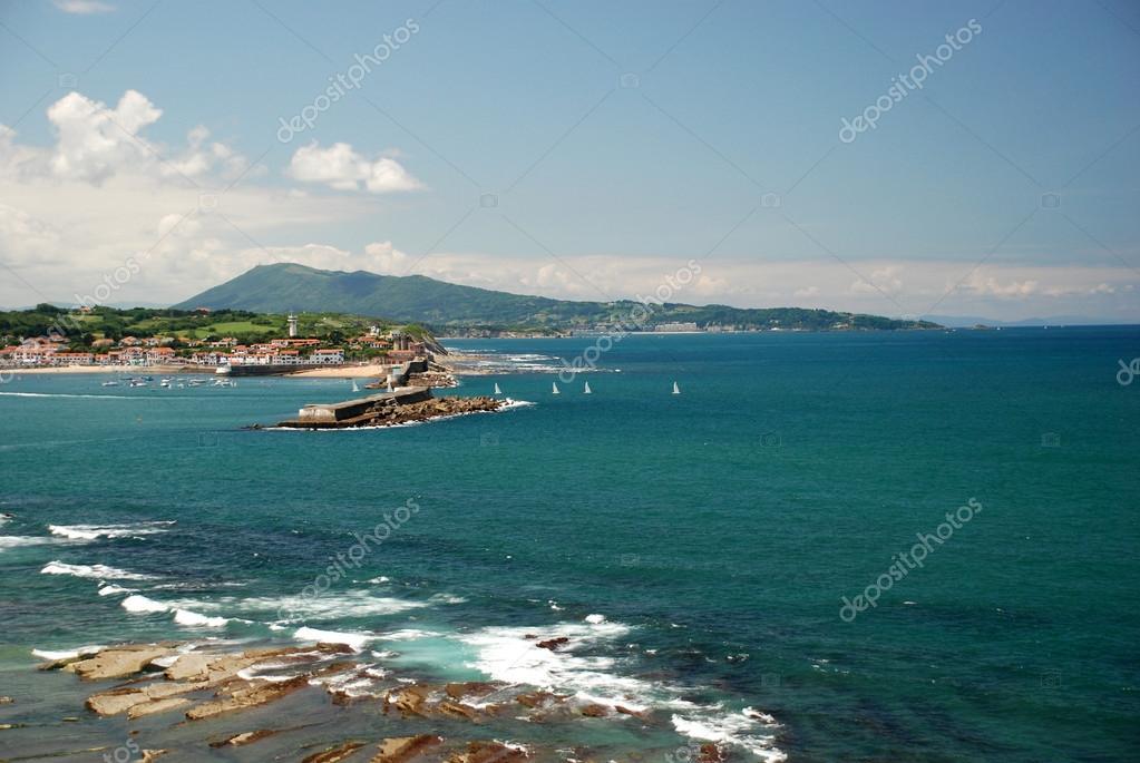 d93cebc7bb7 Découvre de Pointe de Sainte-Barbe à Saint-Jean-de-Luz et Ciboure villes en  Pays Basque dans le sud de la France — Image de ...