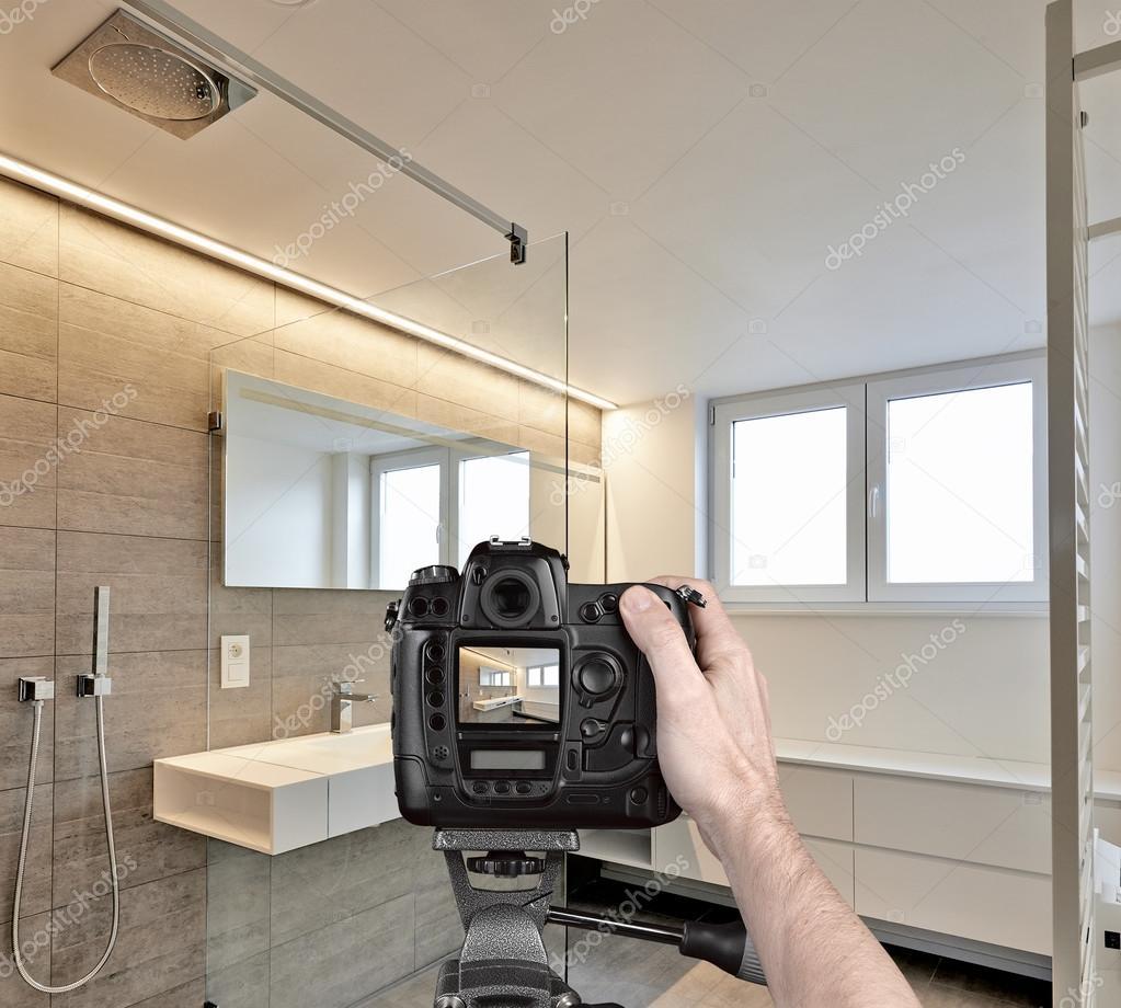 Holding eine professionelle Kamera auf Stativ Aufnahme Foto Hände ...