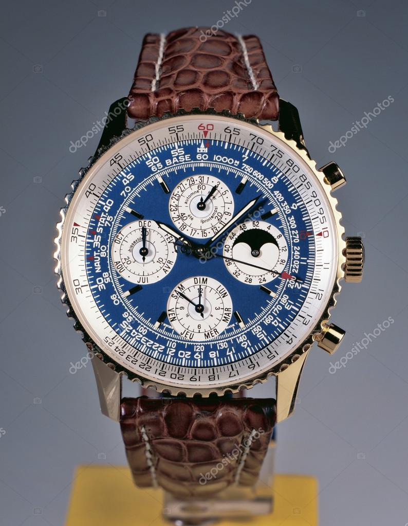 06abfc07e4b Relógio de luxo no fundo do estúdio. O Breitling Navitimer 1993 ref  H2902  na edição de ouro é extremamente raro — Fotografia por Bombaert