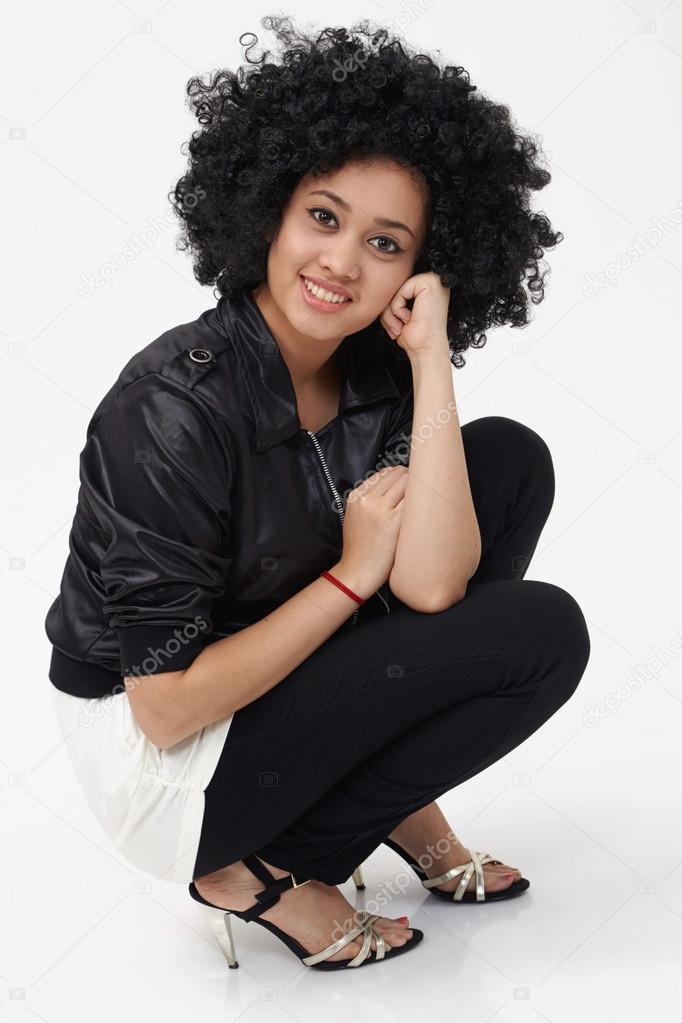 Dívka s velkým afro vlasy pózuje ve studiu — Fotografie od ... 305540cea5