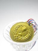 Fotografia medaglia doro con il trofeo