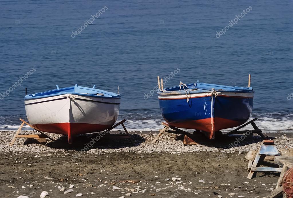 barche da pesca in legno a secco sulla spiaggia foto