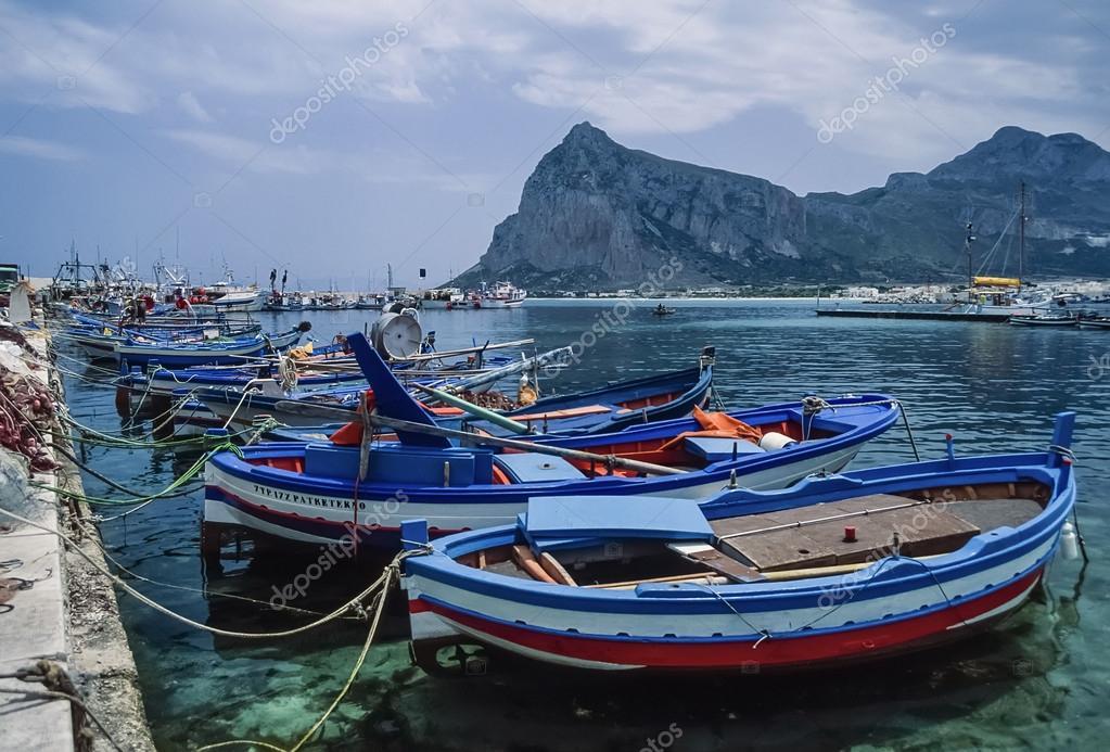 barche da pesca in legno nel porto foto stock