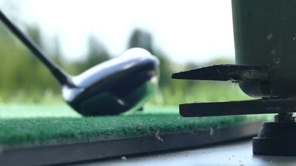 Golfball aus dem Golfspender fahren