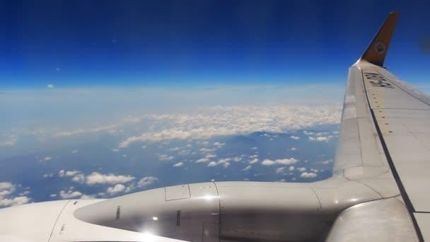 durch ein Flugzeug-Fenster anzeigen