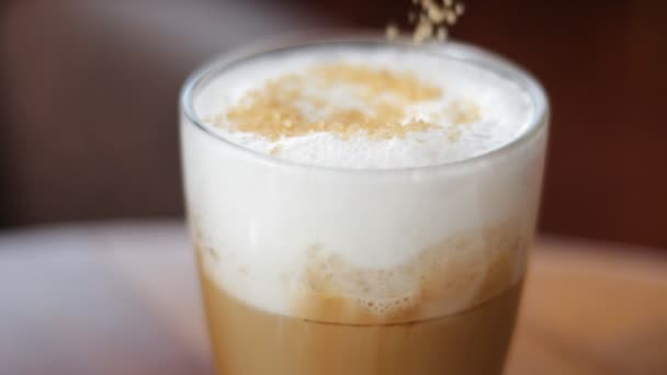 Uvádění cukru a míchání lžičkou cappuccino