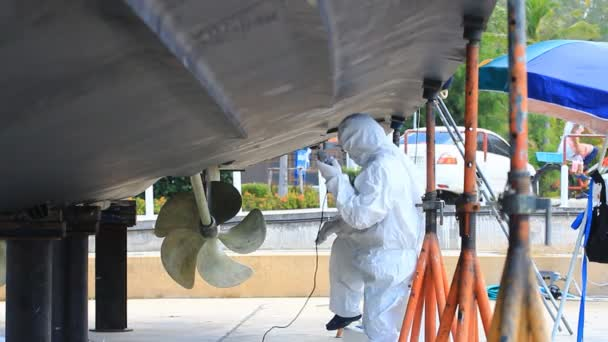 Bootswartung entfernt alte Bodenfarbe vom Bootsrumpf