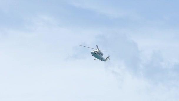 zpomalené přibližuje lékařský vrtulník