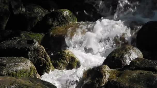 rychle proudící vody poblíž vodopádu