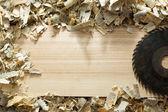 Fotografie Tesař nástroje na dřevěný stůl s pilinami. Tesař pracoviště: pohled shora
