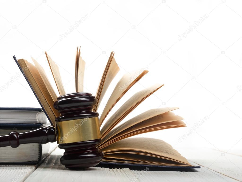 Livre De Droit Ouvert Avec Les Juges En Bois Marteau Sur La