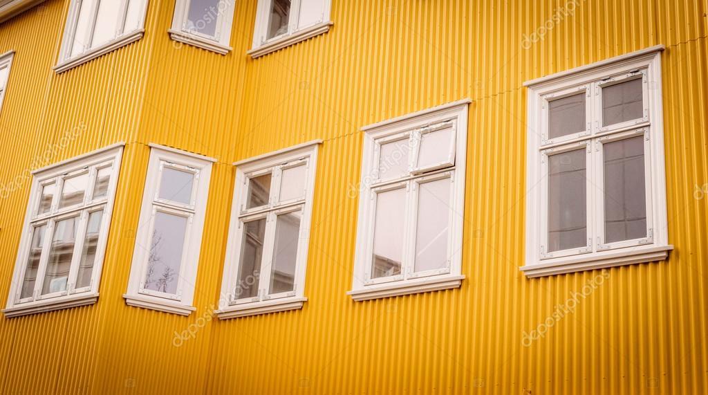 Finestre bianche su una facciata di colore giallo foto for Finestre bianche