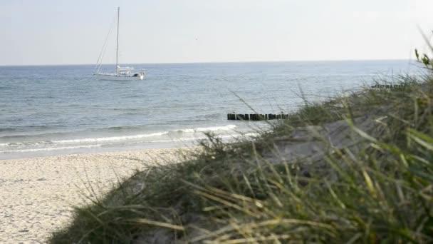 Segelschiff ankert am Strand der Ostsee