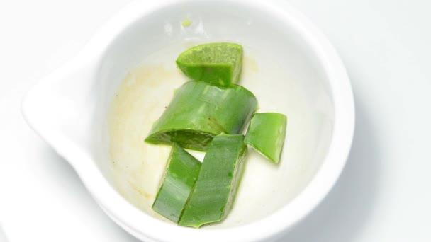 Lisovaní šťávu Aloe vera v třecí misce