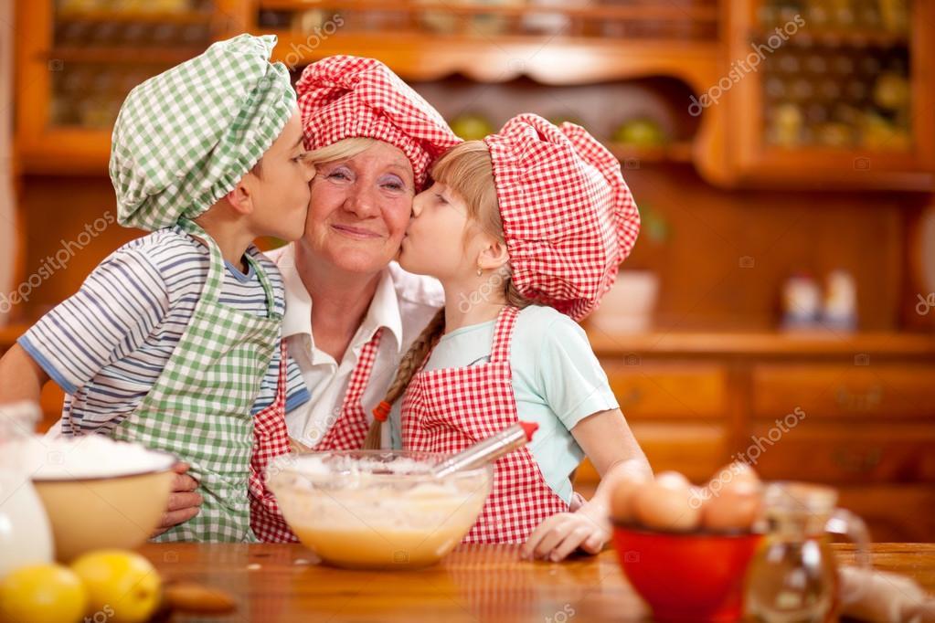 внук с бабушкой на кухне