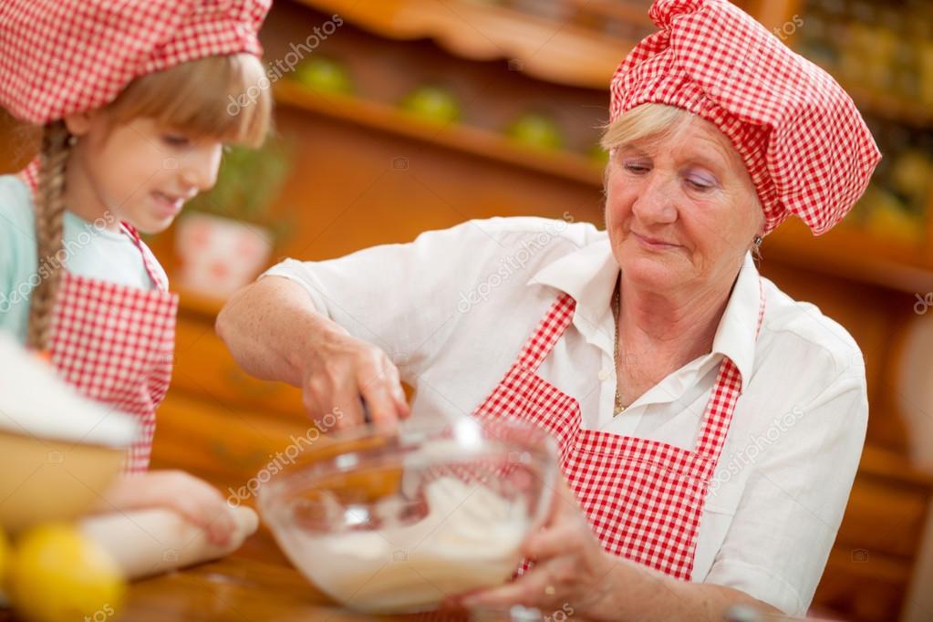 Chef de cocci n en cocina de abuela y nieta foto de - Nonne in cucina ...