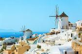 Větrné mlýny a apartmány v městečku Oia, Santorini