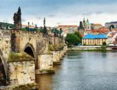 pohled na Karlův most v Praze, Česká republika.