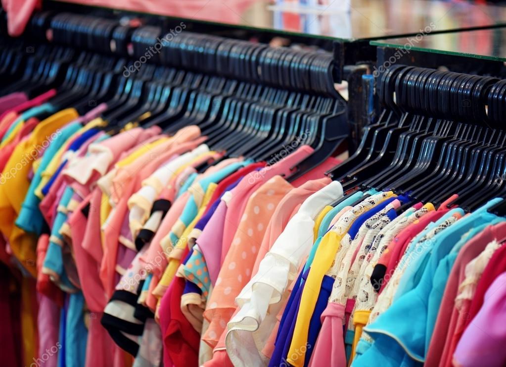 9fc18ea01 Uma grande variedade de blusas femininas em loja — Fotografia de Stock