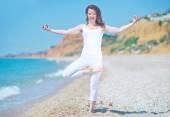mladá žena přemýšlí na pláži