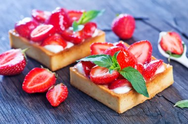 Cakes with fresh strawberries