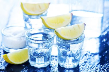 tequilla with limes in glasses