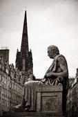 Socha a výhledem na město Edinburgh