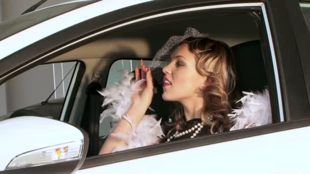Hezká žena v Retro stylu pózuje v autě