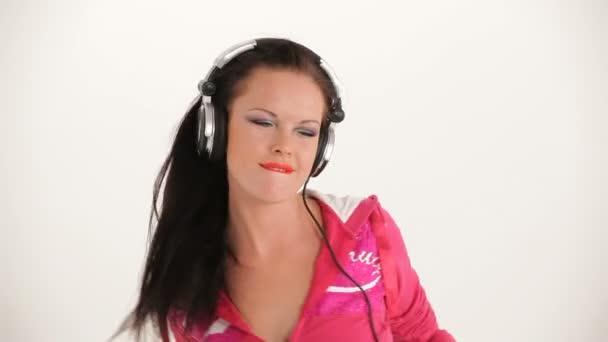Portrét veselá mladá krásná žena poslechu hudby s sluchátka a tancem