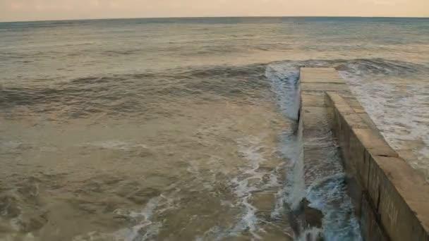 Mořské vlny válcování na Pierce