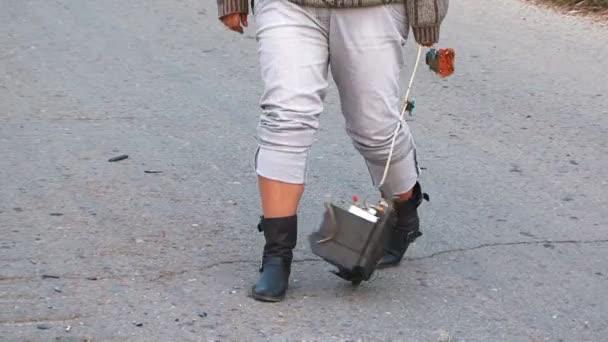 Šílená žena s rozbité televize chůze po silnici