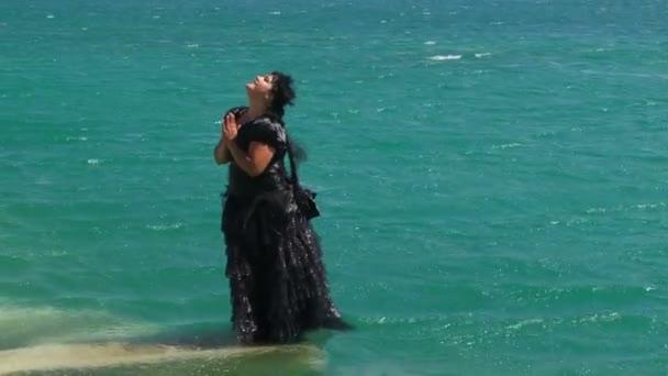 Nő fekete tóba esik