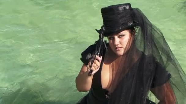 Žena v černém, stojící na vodě rybníka