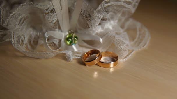 Dva snubní prsteny s krajkou na stůl