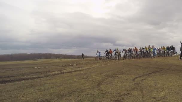 Úvodník. Skupina na kole jezdců začít Racing