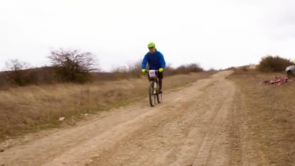 Úvodník. Cyklisty přes cílovou čáru v přírodě během soutěže