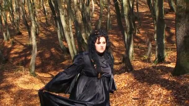 tmavé vlasy žena v černém chůzi v podzimním lese