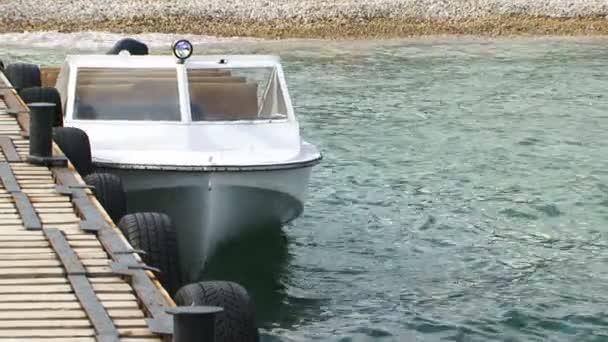 drifting bílé plachetnice v doku v černém moři