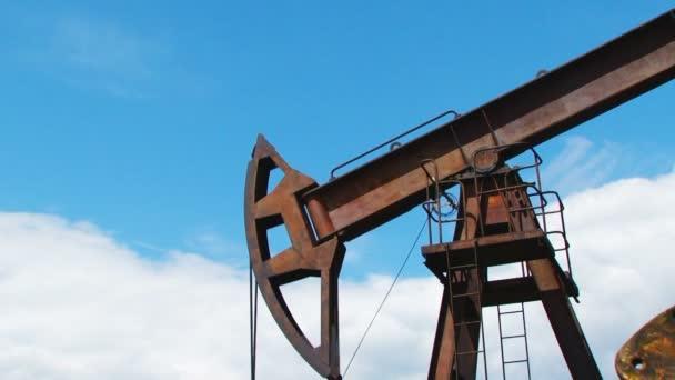 Olejové čerpadlo pracovat zároveň produkující zemní plyn za soumraku