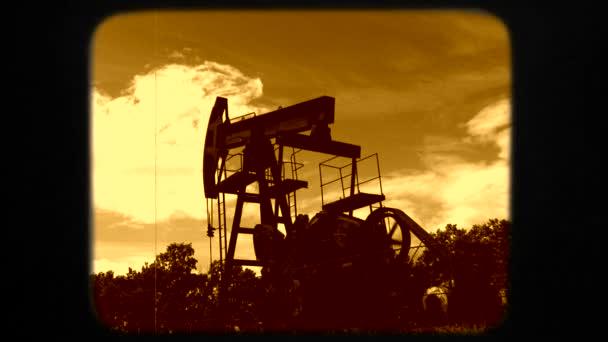 Stahl-Ölfördermaschine bewegt sich bei der Erdgasförderung