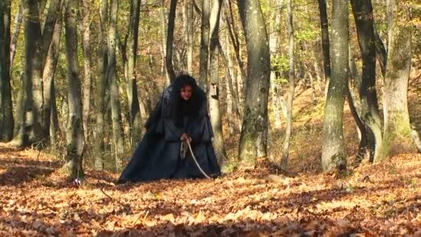 Nő, hogy dühös az őszi erdő fekete