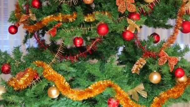 Vánoční strom zdobí koule a déšť