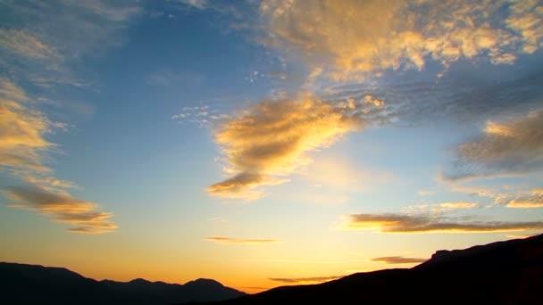 Panoramatické dramatické nebe s mraky pohybující se