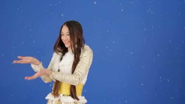 Hübsches Schneemädchen genießt fallenden Schnee im Studio