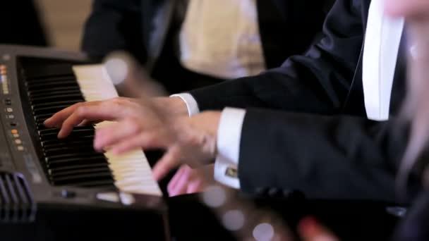 Pianist und Flötist zusammen zu spielen