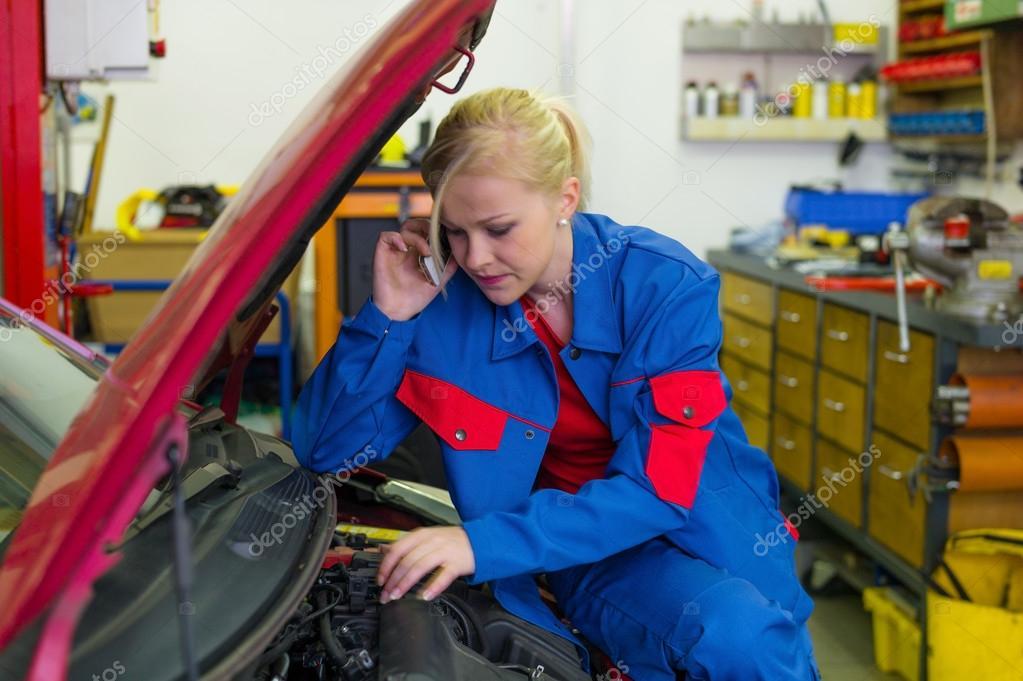Femme comme m canicien dans l 39 atelier de r paration for Ordre de reparation garage a telecharger