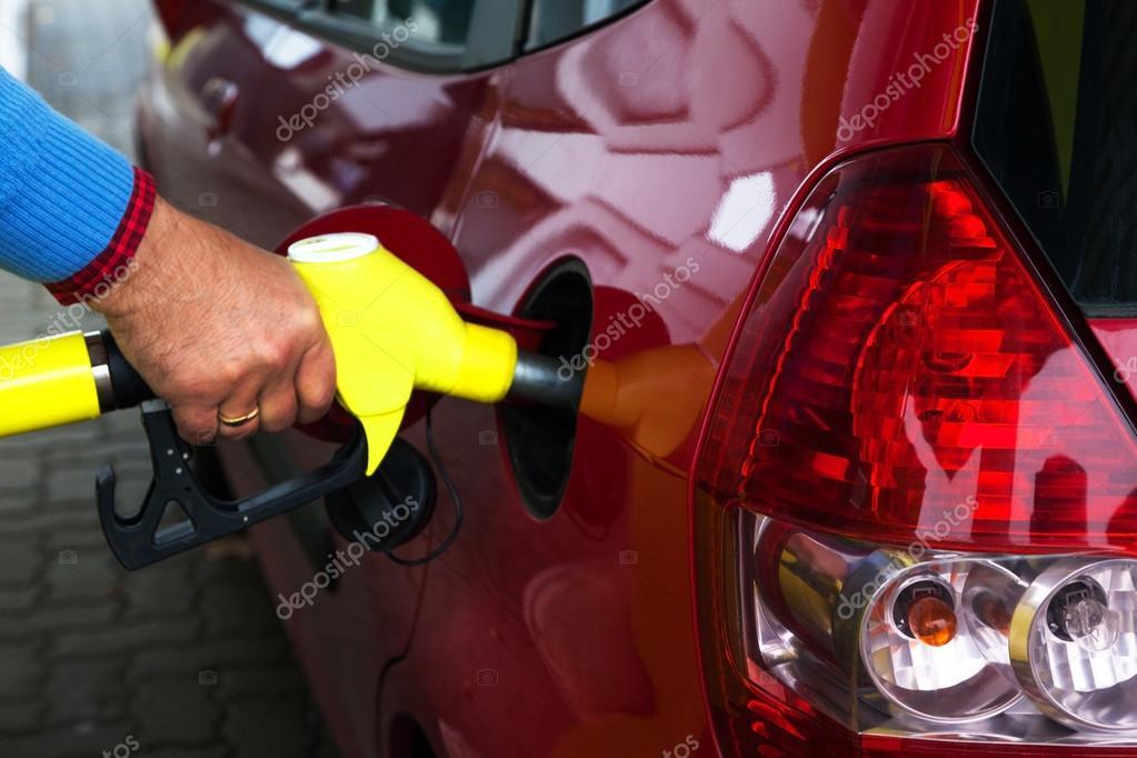 Woman benzin alle immer beginnt im eine auto fahrt - 3 3