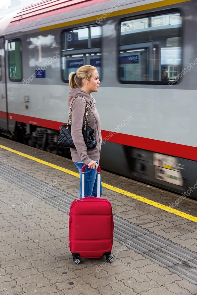 Donna che aspetta il treno sulla stazione ferroviaria — Foto