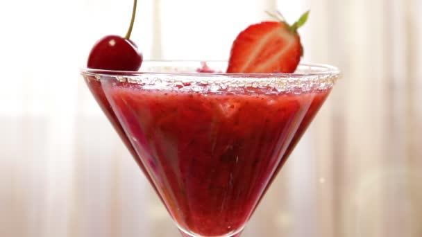 Erdbeer-cocktail mit Eis in einem Glas