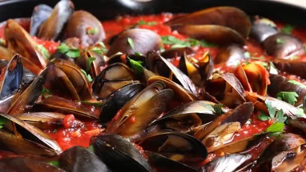 Küchenmuschel öffnet sich in Tomatensauce